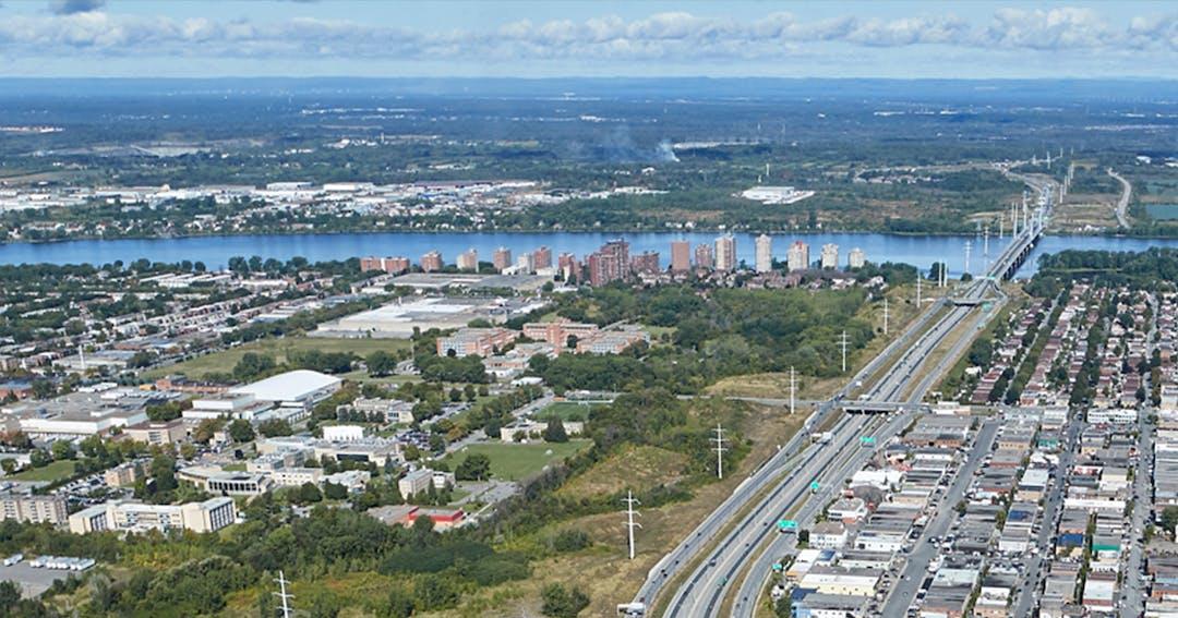 Pour faire face à la croissance de la demande d'électricité et parer au vieillissement de son réseau de transport dans l'île de Montréal, Hydro-Québec remplace progressivement ses installations à 120 kilovolts (kV) par de nouvelles installations de plus grande capacité à 315 kV.