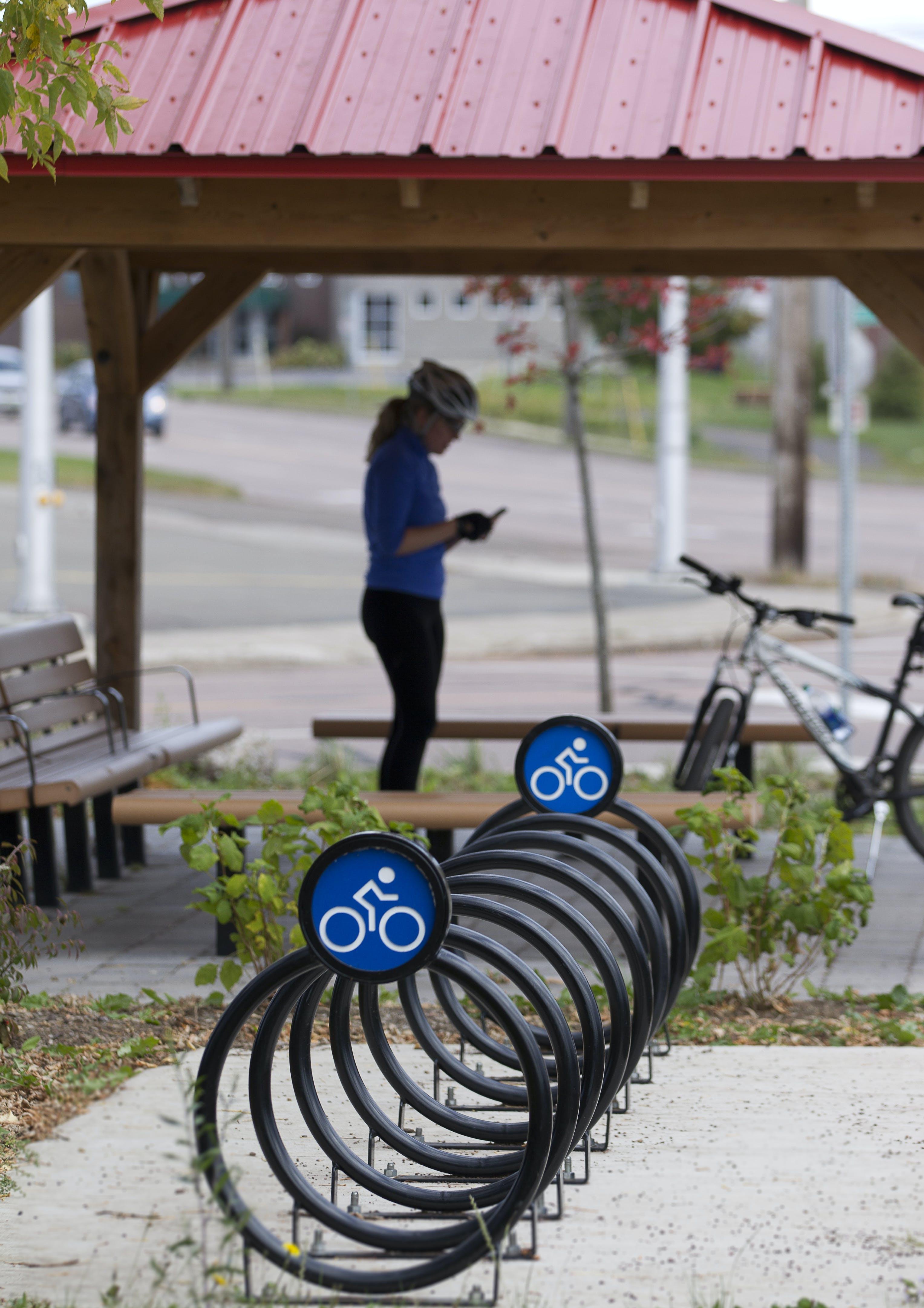 Support pour vélos et abri - Avenue Sixth