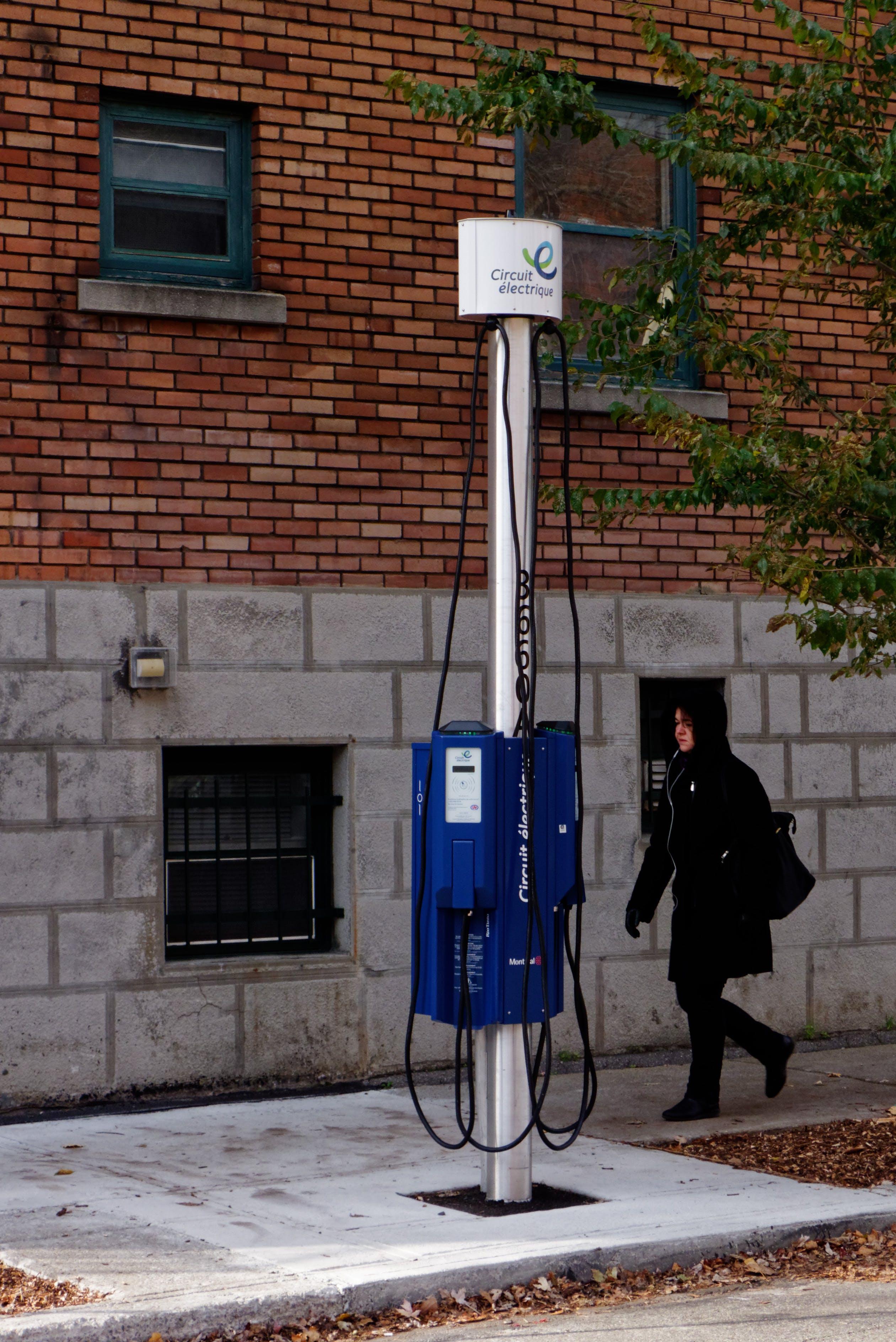 Borne de recharge dans une rue de Montréal
