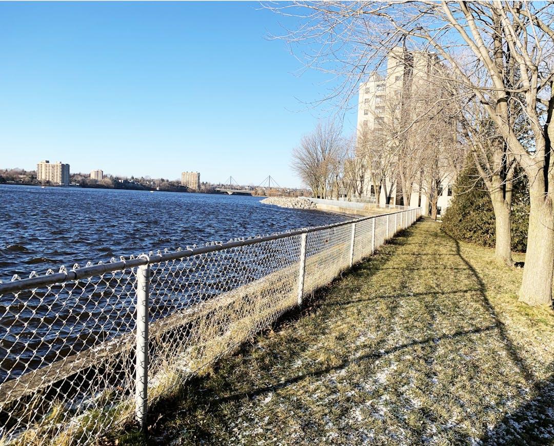 Le mur de soutènement du barrage Simon-Sicard est aujourd'hui vieillissant et sa réfection par sections a commencé en 2018. D'une longueur de 1,3 km, il sert également à protéger la rive. Hydro‑Québec doit terminer la réfection de ce mur qui a été érigé en 1929 dans le cadre de la construction de l'aménagement hydroélectrique de la Rivière‑des‑Prairies.