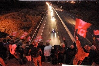 Le 20 novembre 2007, les habitants de Cobourg bravent le vent frisquet des soirs de novembre pour montrer leur soutien au caporal Nicolas Beauchamp et au soldat Michel Jr Lévesque. Photo du MDN