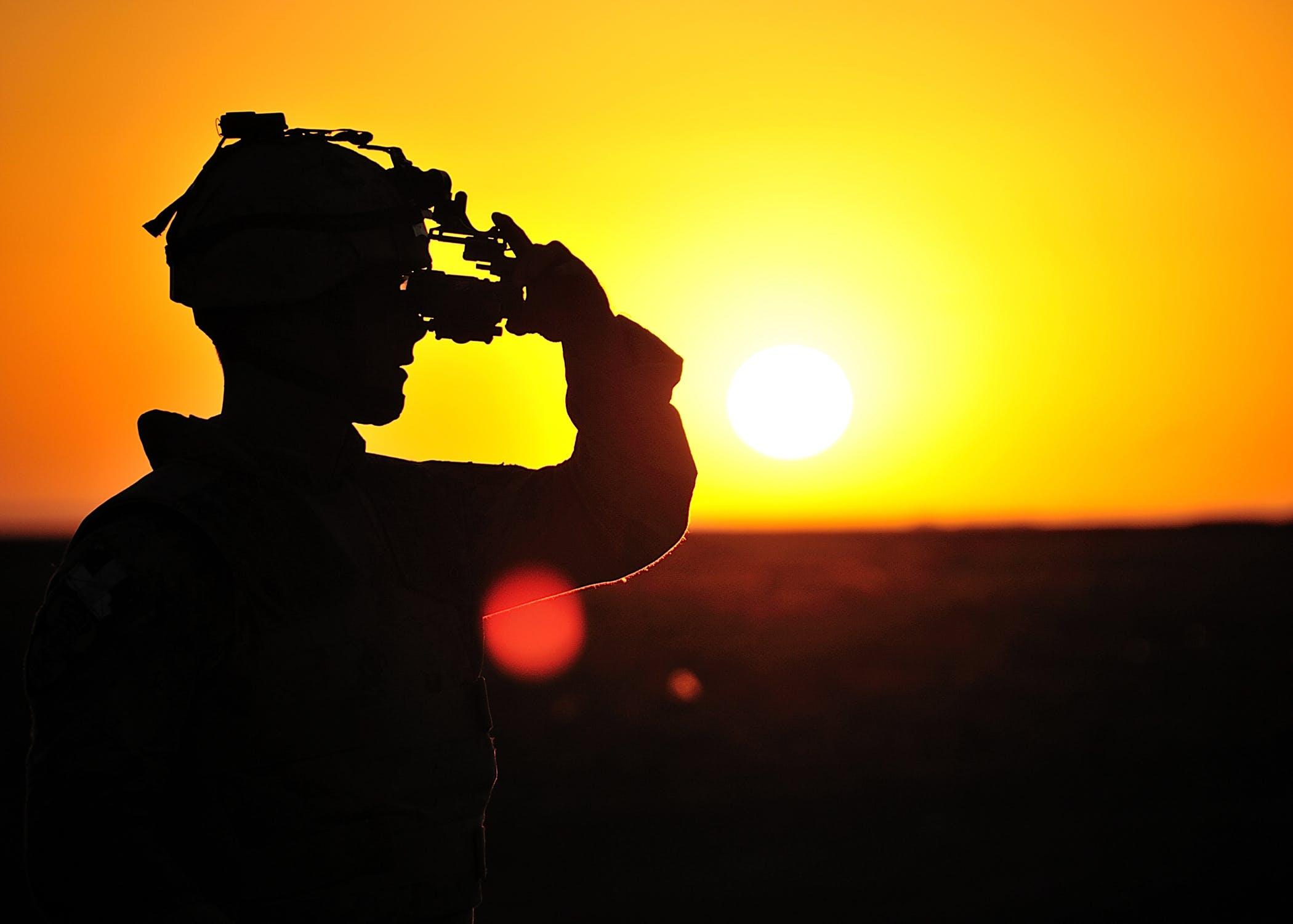 Un membre de la Compagnie de protection de la Force opérationnelle de transition de la mission ajuste ses lunettes de vision nocturne en vue d'un exercice de tir réel nocturne le 14 octobre 2011 à Kandahar, en Afghanistan. Photo du MDN