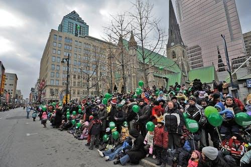Personnes massées attendant le défilé de la Saint-Patrick