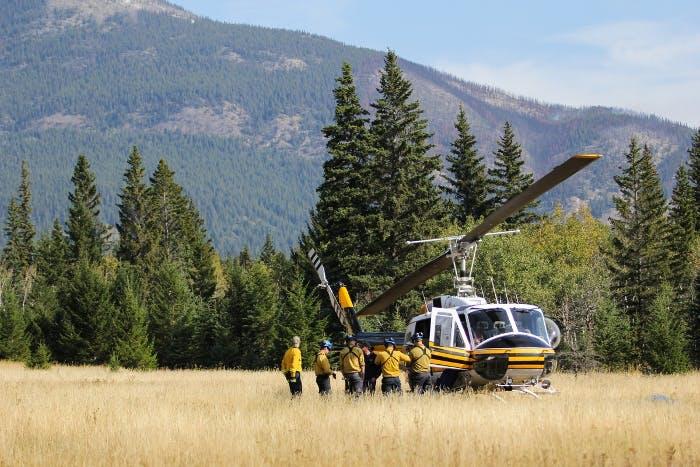 Un hélicoptère et une équipe de gestion du feu
