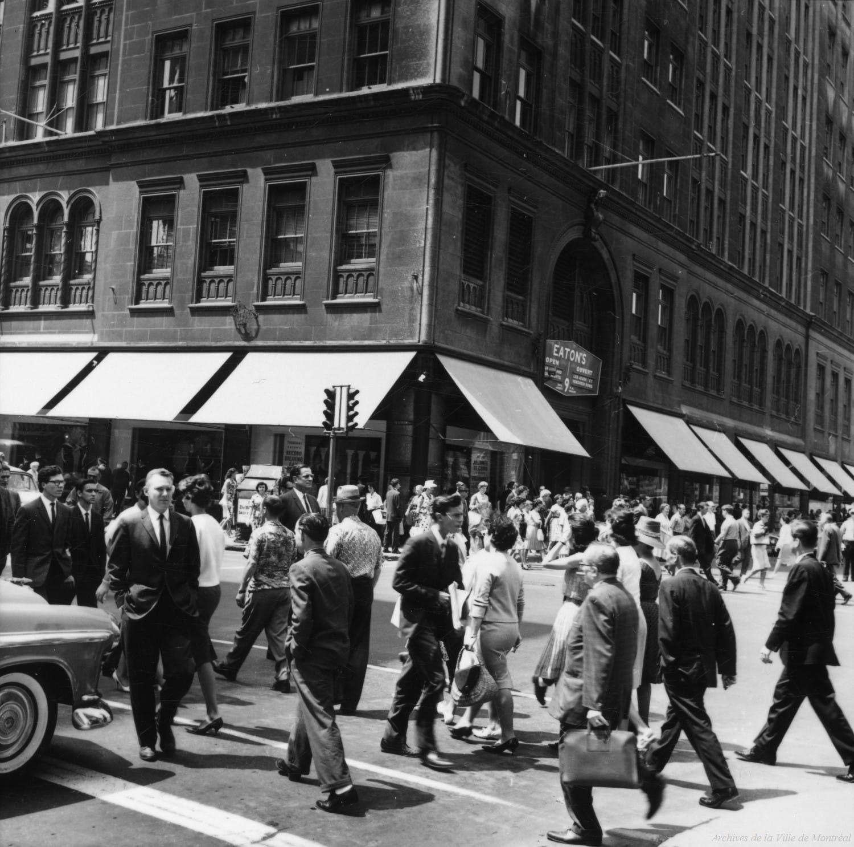 Piétons en face du magasin Eaton années 1960