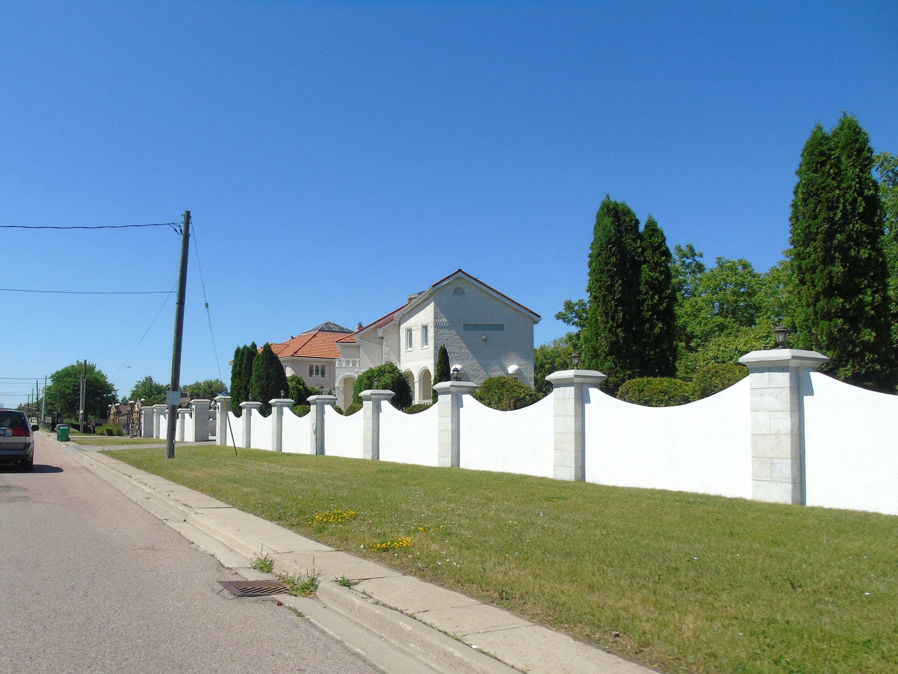 Property fencing and building setback from the roadway along Mississauga Road