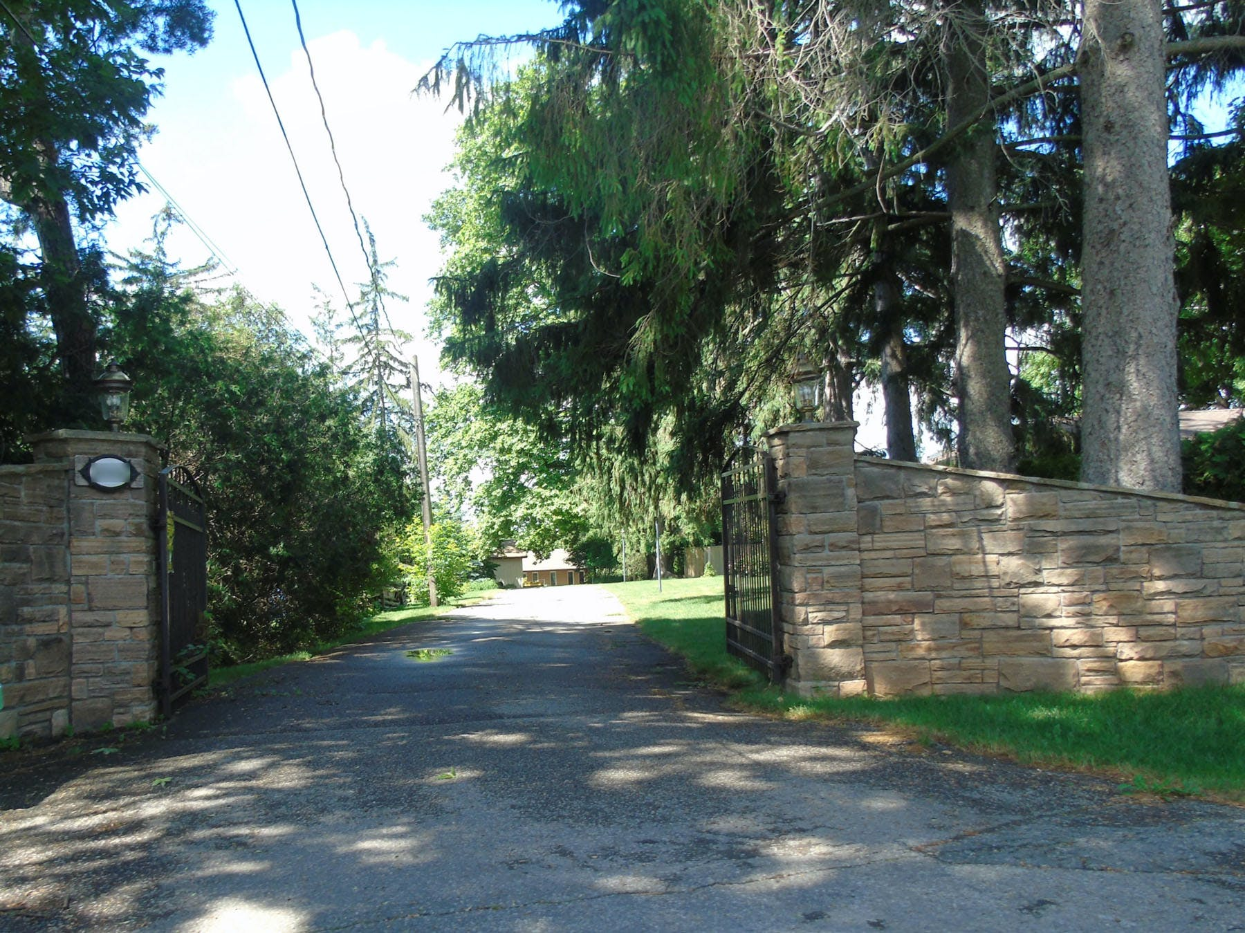 Residential stone entryway in Erindale Village