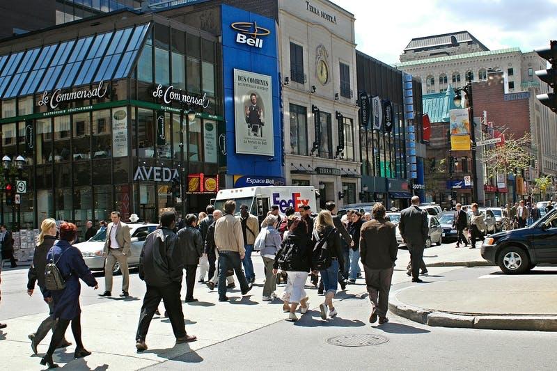 Piétons sur la rue Sainte-Catherine Ouest au coin McGill College