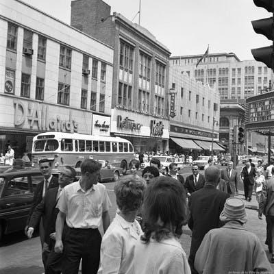 Les années 60 en face des magasins D'Allaire et Reitmans