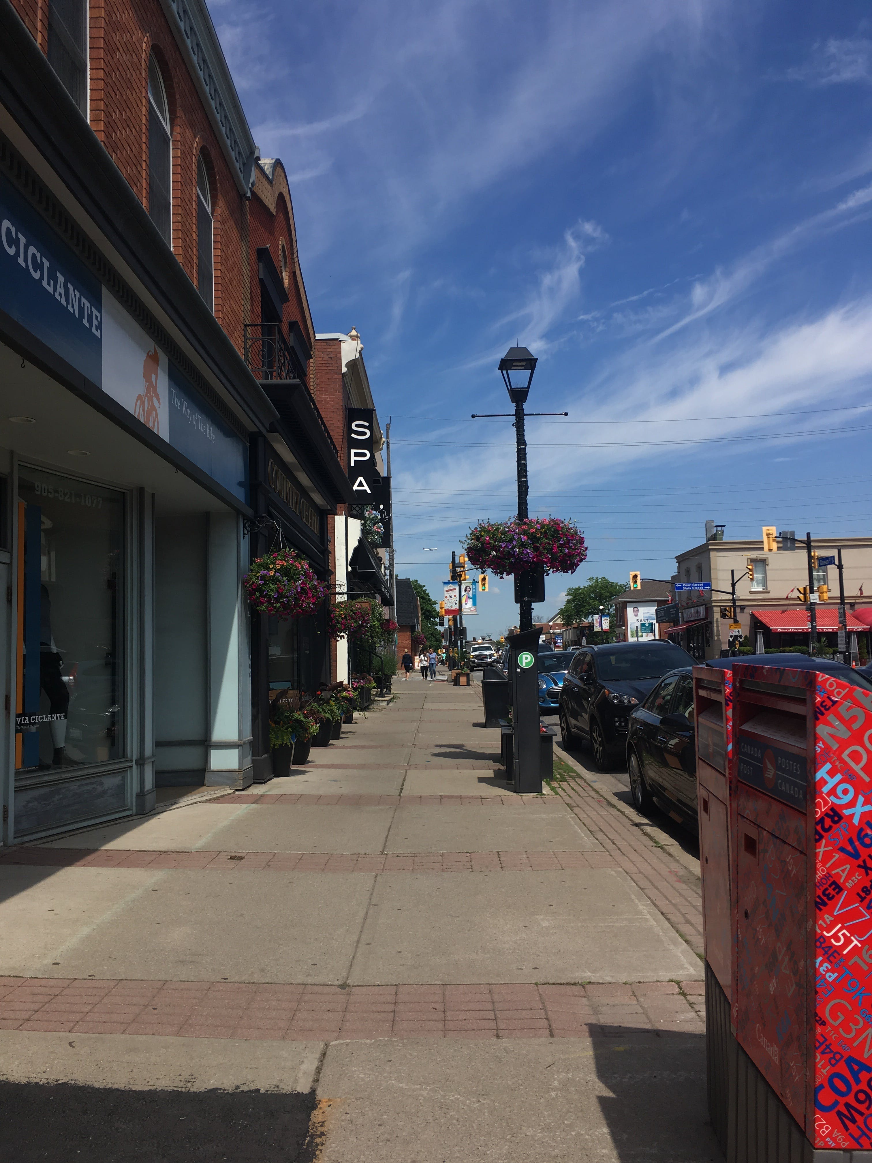 Main Street streetscape treatment (paving material, furniture, lights, and street landscaping) in Streetsville