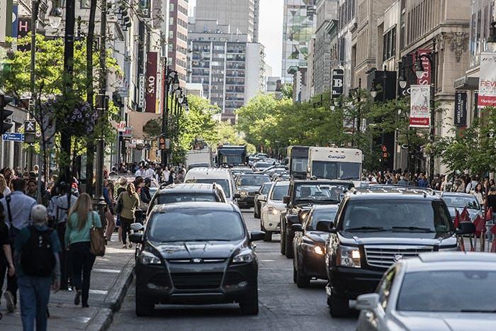 Piétons, autos et camions de livraison sur la rue Sainte-Catherine Ouest