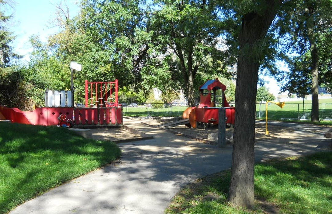 Photographie du terrain de jeux actuel pour tout-petits du parc Springhurst.
